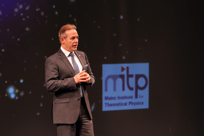 """Fotografie: Vorwort von Professor Dr. Matthias Neubert, Direktor des MITP bei """"Physik im Theater"""" in Mainz"""