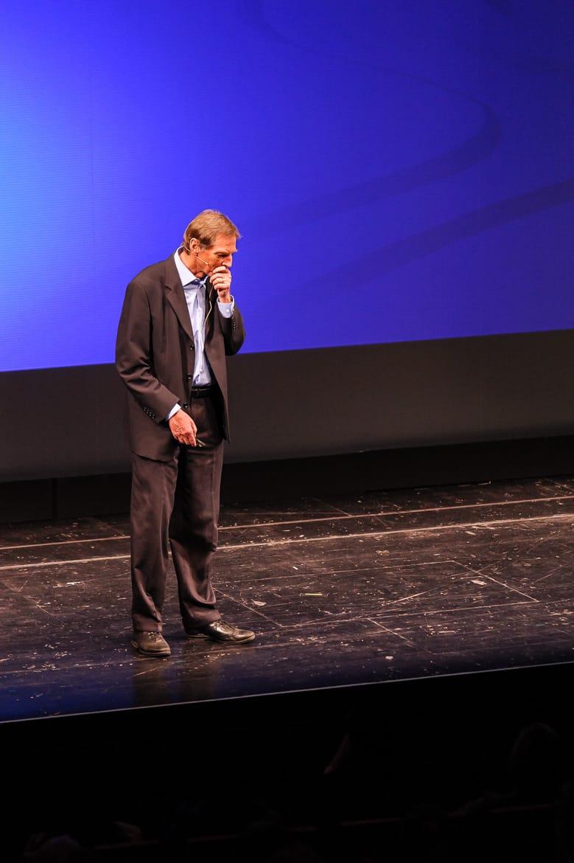 """Fotografie: Sprecher Prof. Dr. Christof Wetterich während des Vortrages bei """"Physik im Theater"""" in Mainz"""