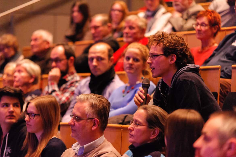 """Fotografie: Eine Publikumsfrage nach dem Vortrage bei """"Physik im Theater"""" in Mainz"""